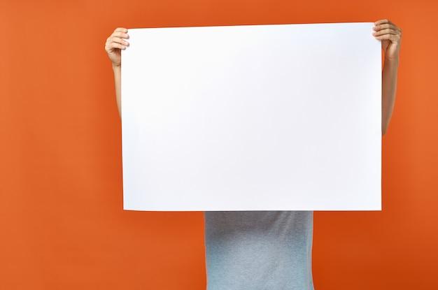 Homem emocional segurando uma maquete de pôster de desconto no estúdio de estilo de vida