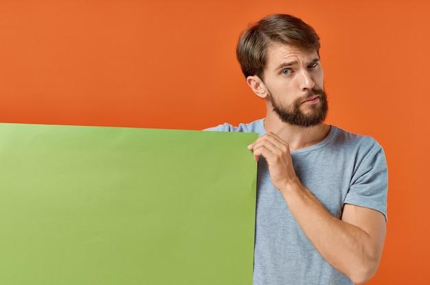 Homem emocional verde maquete pôster desconto estúdio estilo de vida