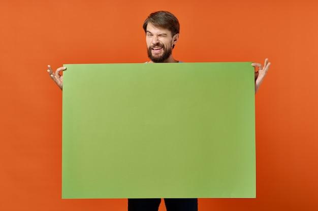 Homem emocional verde maquete pôster desconto isolado fundo