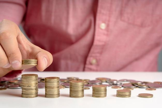 Homem empilhamento de moedas