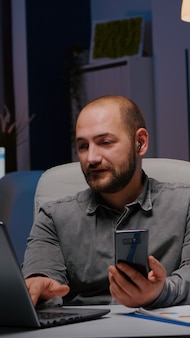 Homem empreendedor conversando com o trabalho em equipe da empresa na reunião de gerenciamento de planejamento por telefone, discutindo econ ...