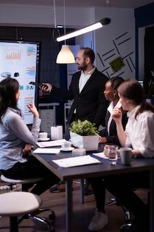 Homem empreendedor fazendo brainstorming de estratégia de gestão trabalhando arduamente no escritório de reuniões