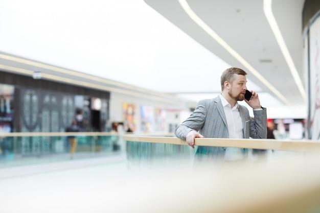 Homem empreendedor, resolvendo problemas de trabalho no telefone