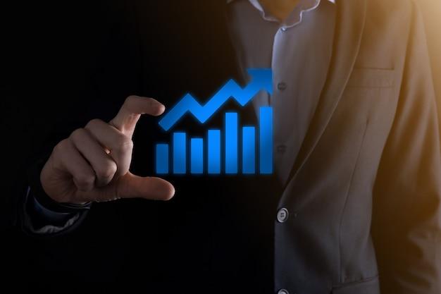 Homem empresário segurando um gráfico com crescimento positivo dos lucros