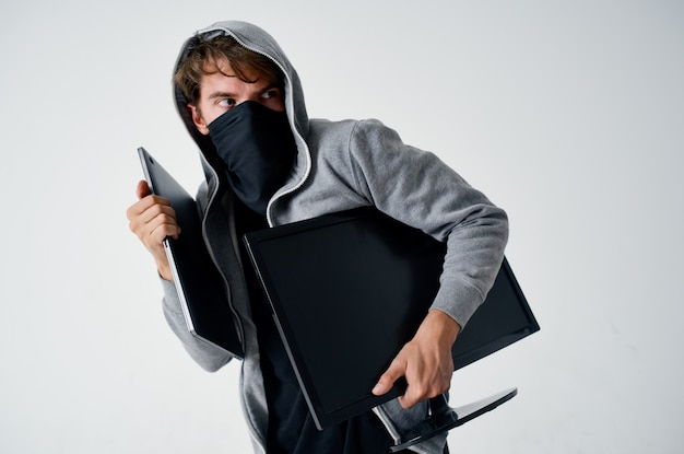 Homem encapuzado máscara roubo de tecnologia agressor de penetração ilegal