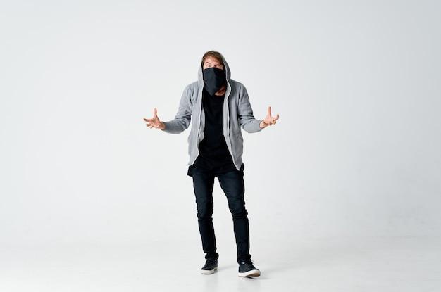 Homem encapuzado mascarado escondendo o rosto roubando o anonimato das emoções
