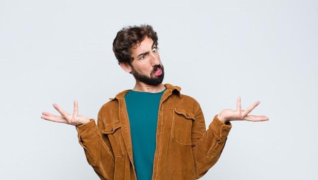 Homem encolher os ombros com uma expressão idiota, louca, confusa, confusa, sentindo-se irritado e sem noção