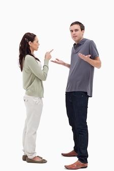 Homem encolheu os ombros é repreendido pela mulher
