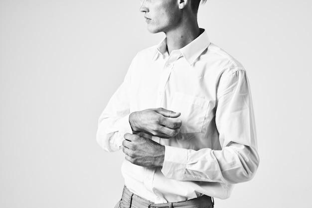 Homem endireita sua pose de modelo de manga de camisa. foto de alta qualidade