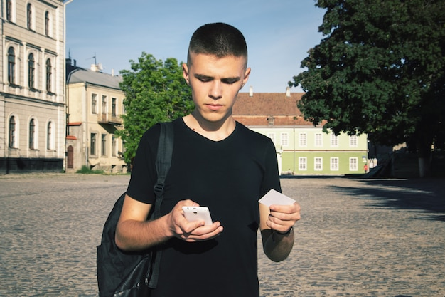 Homem enfraquecido está fazendo uma compra on-line via telefone celular