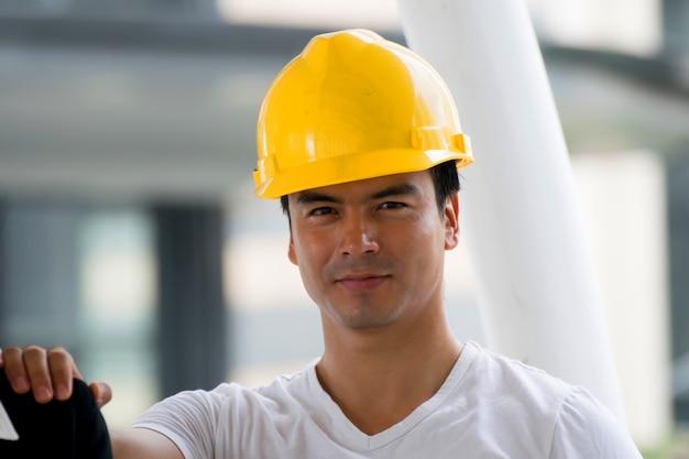 Homem engenheiro com fundo de construção.