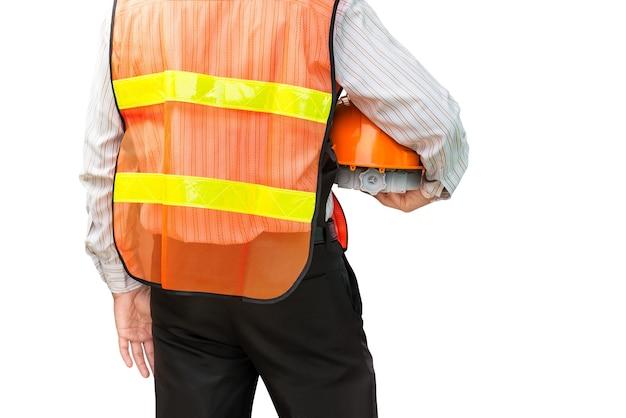 Homem engenheiro com uniforme de segurança segurando o capacete isolado no fundo branco com traçado de recorte
