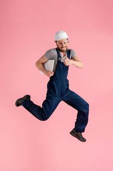 Homem engenheiro de retratos pulando
