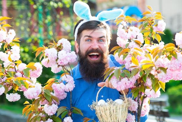 Homem engraçado caçando ovos de páscoa