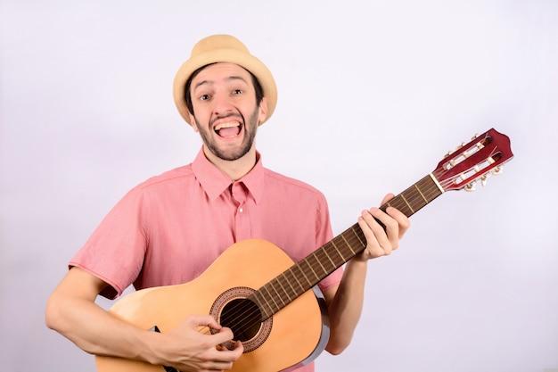 Homem engraçado com guitarra.