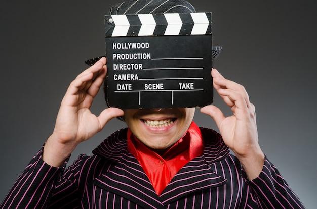 Homem engraçado com placa de filme