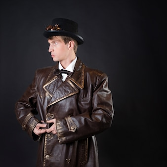 Homem engraçado com um casaco de couro ridículo e uma cartola