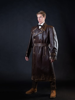 Homem engraçado com um casaco de couro ridículo