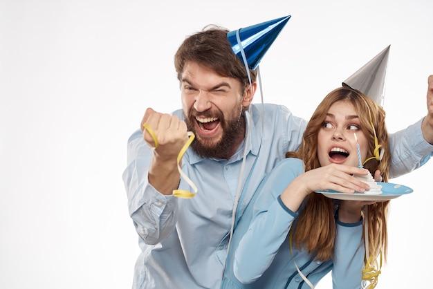 Homem engraçado e mulher feriado aniversário surpresa diversão luz de fundo.