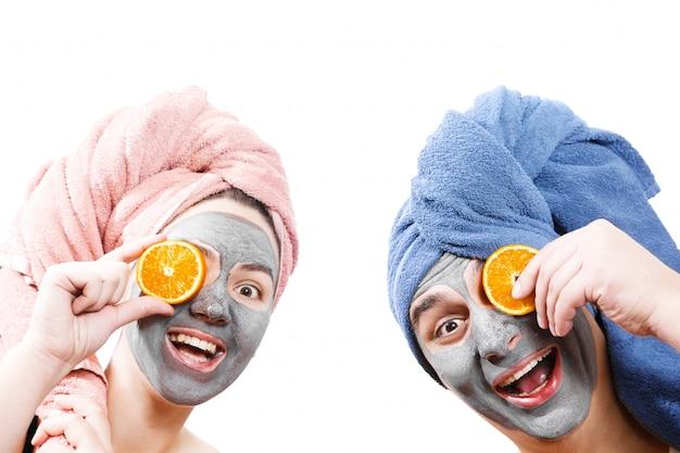 Homem engraçado e mulher na máscara facial