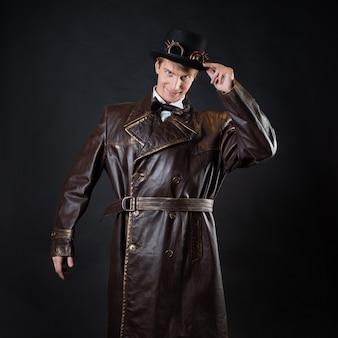 Homem engraçado em um casaco de couro ridículo e uma cartola,