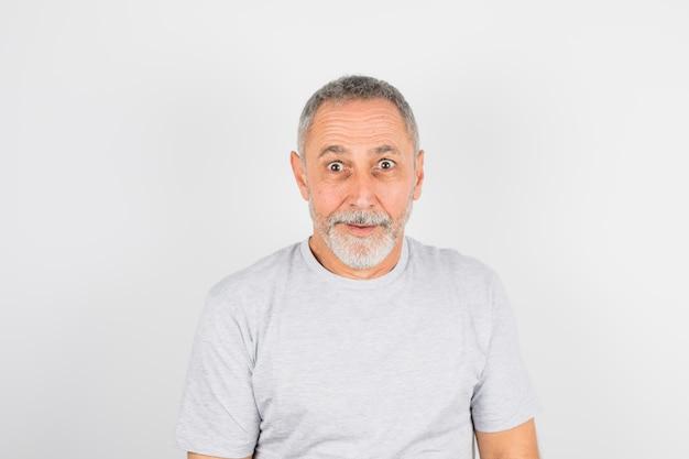 Homem engraçado envelhecido em t-shirt