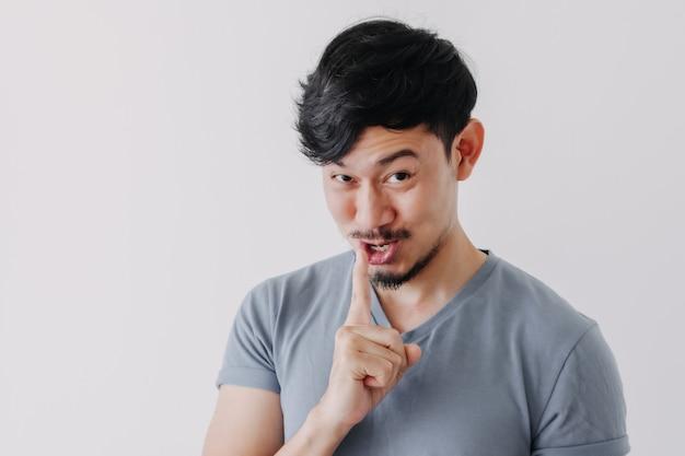 Homem engraçado está sussurrando alguma fofoca secreta isolada no fundo branco