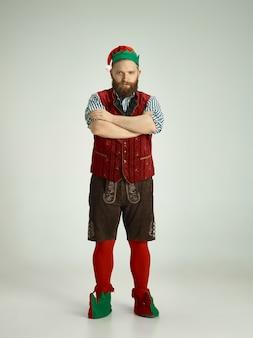 Homem engraçado fantasiado de elfo