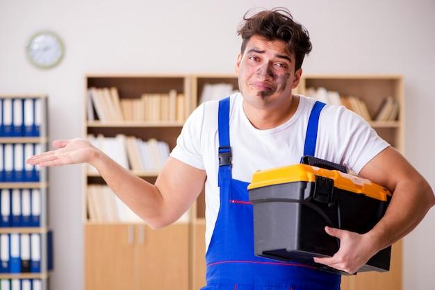 Homem engraçado fazendo reparos elétricos em casa