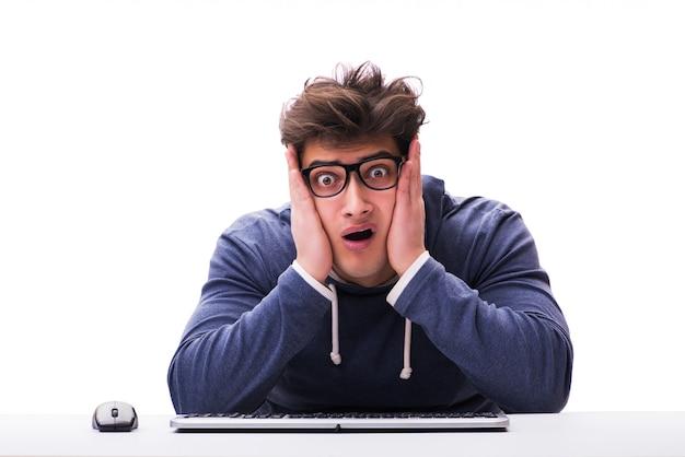 Homem engraçado nerd trabalhando no computador isolado