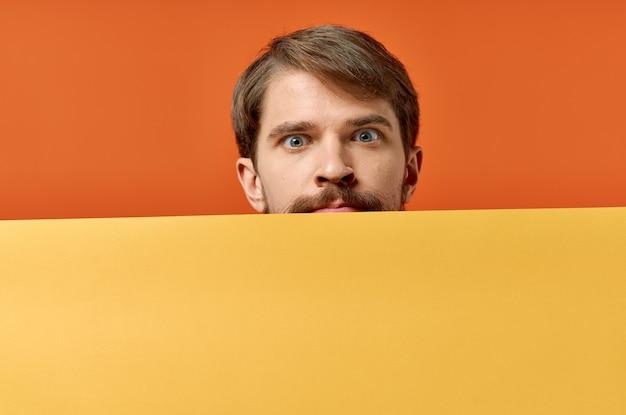 Homem engraçado publicidade marketing cópia espaço fundo laranja