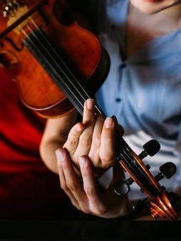 Homem ensinando garota a tocar violino. tutor de instrumentos clássicos. compartilhando experiência. ajuda a apoiar o conceito de intimidade