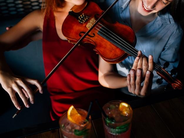 Homem ensinando garota a tocar violino. tutor de instrumentos clássicos. compartilhando experiência. ajudar a apoiar o conceito de melhoria da educação