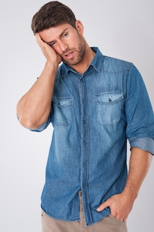 Homem entediado vestindo uma camisa jeans