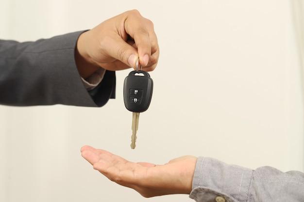 Homem entrega as chaves do carro para reparos na equipe.