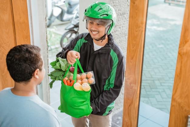 Homem entrega entregando mercearia