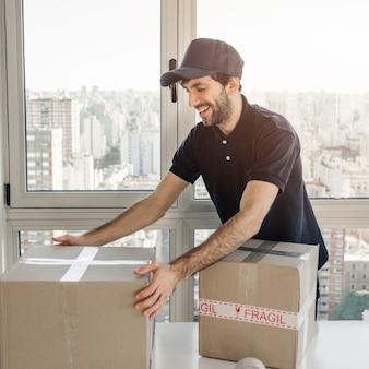 Homem entrega, preparar pacote, para, remessa