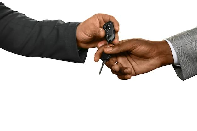 Homem entregando as chaves. apenas pegue meu carro. um test-drive. um sinal de confiança.