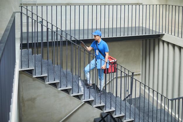 Homem entregando comida