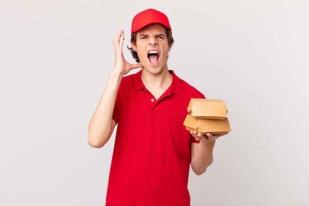 Homem entregando hambúrguer gritando com as mãos para o alto