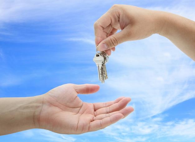 Homem, entregar, a, jogo, de, chaves, casa, contra, céu azul