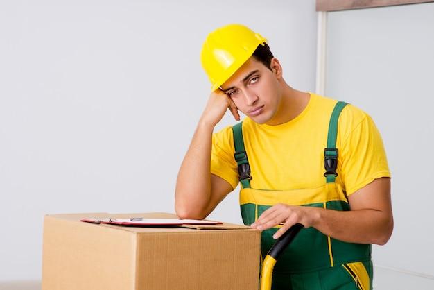 Homem, entregar, caixas, durante, casa, movimento