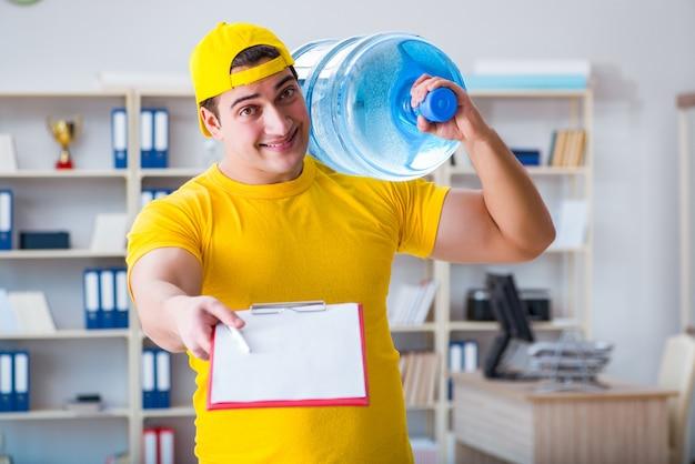 Homem, entregar, garrafa água, para, a, escritório