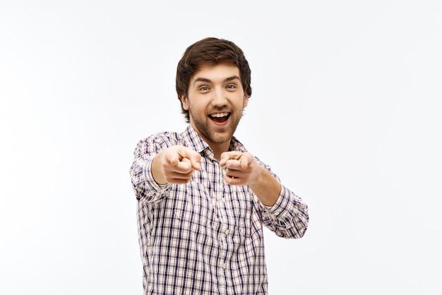 Homem entusiasmado, apontando para você