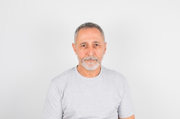 Homem envelhecido em t-shirt