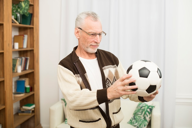 Homem envelhecido, segurando bola, em, sala