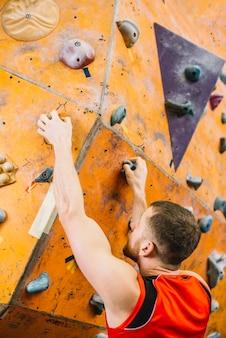 Homem, escalando, em, ginásio
