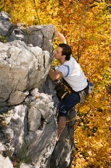 Homem escalando rocha