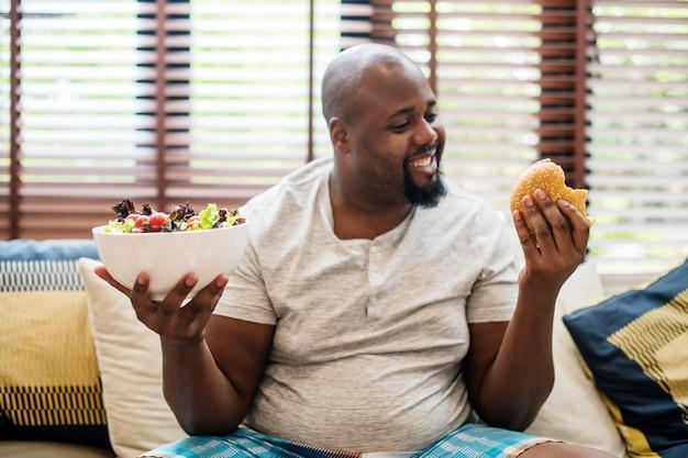 Homem escolhendo o que comer