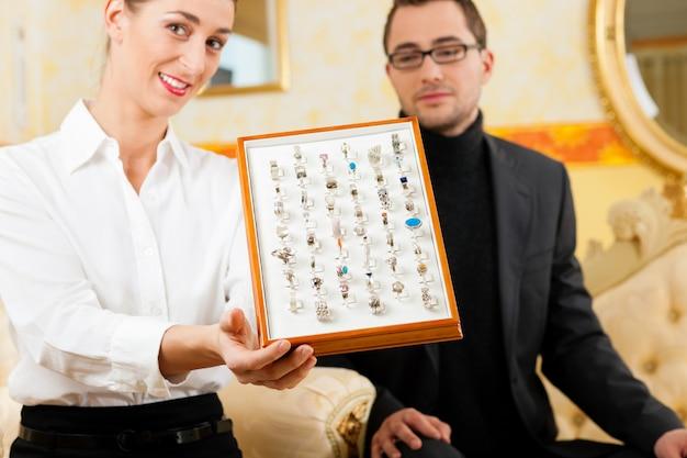 Homem escolhendo um anel no joalheiro